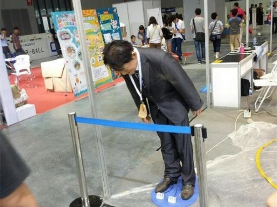 """""""安倍""""机器人亮相上海 不停鞠躬道歉引围观"""