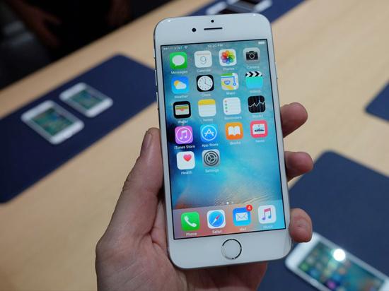 iPhone 6s Plus采用5.5英寸1920*1080像素屏幕,搭载苹果 A9+M9协处理器,最新iOS 9.0操作系统,16GB/64GB/128GB ROM存储,前置摄像头500万像素,主摄像头1200万像素。有四种颜色可选:太空灰,金色,玫瑰金,银色。售价:6088元/6888元/7788元。(cnbeta,原标题《iPhone 6s/6s Plus现场真机上手》)            看上6S了吗?是否蠢蠢欲动想拥有它?并读新闻帮你实现!进入抢钱-小积分赢大奖-预售iPhone6s,只