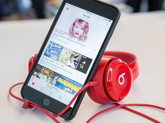 在流媒体音乐服务方面,苹果Apple Music的最大竞争对手是Spotify,Spotify是目前全球最大的流媒体音乐服务商,不久前就宣布其付费用户已经达到了5000万,而Apple Music也拥有2000万以上的付费用户。如今音乐流媒体市场竞争正在日趋白热化,为了争夺目标用户,Apple Music需要抢占一些独家内容,哪怕只能独占一段时间而已。