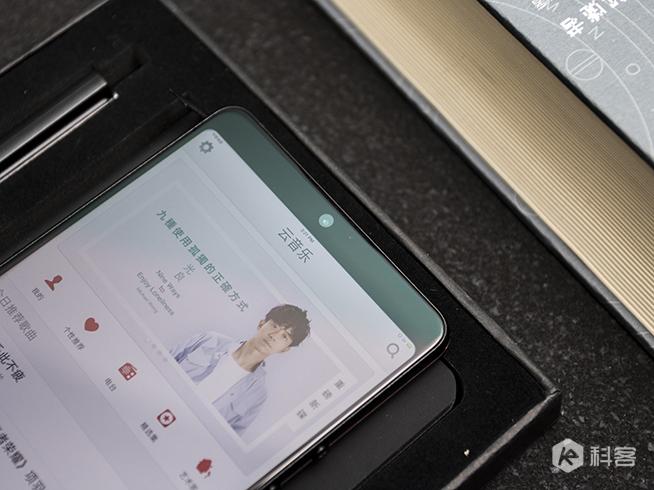 坚果Pro 2背面的工艺设计同样考究,在保留双摄和指纹设计的基础上图片